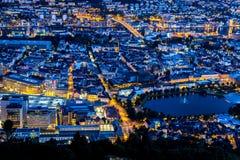 Stadsplats med flyg- sikt av Bergen Center på natten royaltyfria bilder