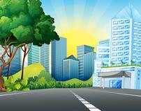 Stadsplats med högväxta byggnader Arkivbild