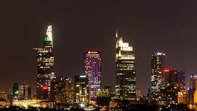 Stadsplats med moderna byggnader i Hos Chi Minh City område för centrala affär vid natt royaltyfri foto