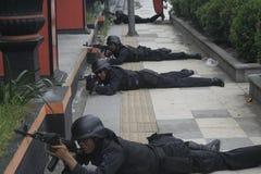 STADSPOLISANTI--TERRORIST SOM SOLO UTBILDAR CENTRALA JAVA Royaltyfria Bilder