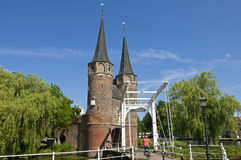 Stadspoort Oostpoort en fietser, Delft, Nederland Royalty-vrije Stock Fotografie