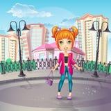 Stadspromenad med en tonårig flicka i ett rosa omslag Royaltyfri Foto