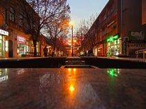 Stadspromenad på skymning fotografering för bildbyråer