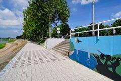Stadspromenade langs de rivier Stock Fotografie