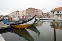 Stadsreflexioner i floden, Aveiro Portugal Arkivbilder