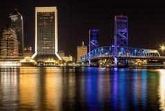 Stadsreflexioner på en flod royaltyfria foton