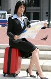 stadsriktningar planerar den löpande kvinnan Arkivbilder