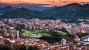 Stadsscène met Satellietbeeld van de Stadscentrum van Bilbao bij Zonsondergang stock foto's