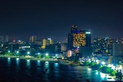 Stadsscape, färgrika ljus i nattetid på den Pattaya stranden royaltyfria foton