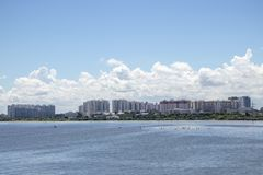 Stadsscapebyggnader och lägenheter längs sjön fotografering för bildbyråer
