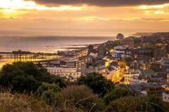 Stadsscapesikt över staden av Hastings in mot havet Arkivbilder