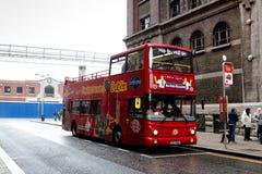 StadssightDublin turnerar det berömda dubbla däcket bussar, som går runt om staden och stoppar på punkter av intressen, var folke royaltyfria foton