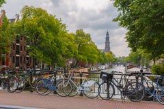 Stadssikt av Amsterdam kanaler och typiska hus, Holland, Nethe Arkivbilder