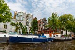 Stadssikt av Amsterdam kanaler och typiska hus, Holland, Nethe Arkivfoto