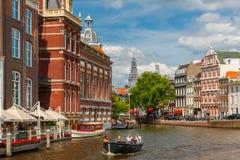 Stadssikt av Amsterdam kanaler och typiska hus, Holland, Nethe Arkivbild
