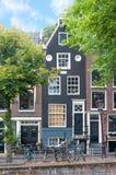 Stadssikt av Amsterdam med traditionella gamla stadbyggnader arkivbilder