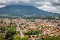 Stadssikt av Antigua Guatemala från Cerro de La Cruz med aguaen V Royaltyfri Fotografi
