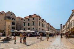 Stadssikt av byggnader och folk i den gamla staden på stadfyrkanten och längs den huvudsakliga gatan i Dubrovnik arkivfoton