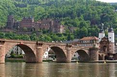 Stadssikt av Heidelberg med bron och slotten Royaltyfria Bilder