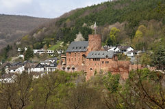Stadssikt av Heimbach med slotten i Eifelen Arkivbilder