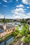 Stadssikt av Luxembourg med hus på Alzette Royaltyfria Bilder