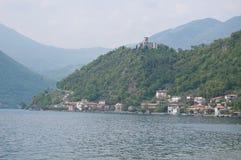 Stadssikt av Sensole av Monteisola arkivfoto