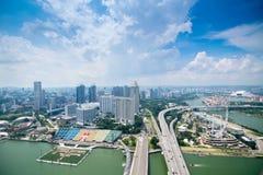 Stadssikt av Singapore Sikt från taköverkanten av den Marina Bay Sands semesterorten, fjärdframdelen i Singapore royaltyfri fotografi