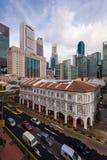 Stadssikt av skyskrapor och hitorical byggnader längs Singapore Royaltyfri Bild