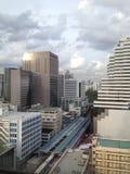 Stadssikt från överkanten av byggnaden i Bangkok arkivbilder