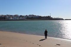 Stadssikt från andra sidan av havet fotografering för bildbyråer