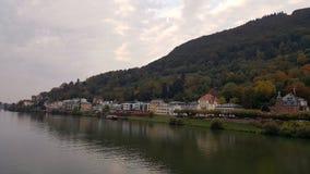 Stadssikt med floden neckar i Heidelberg, Baden, Tyskland Royaltyfri Foto