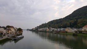 Stadssikt med floden neckar i Heidelberg, Baden, Tyskland Royaltyfri Bild