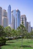 Stadssikt med skyskrapor i den orientaliska staden Arkivbild
