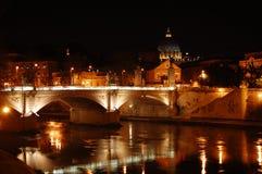Stadssikt in mot bron Arkivbilder