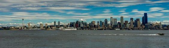 Stadssikt in mot Seattle med utrymmevisaren och horisont Washingt arkivfoto