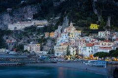 Stadssikt p? natten Amalfi Campania italy royaltyfria foton