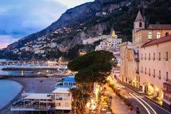 Stadssikt p? natten Amalfi Campania italy fotografering för bildbyråer