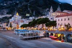 Stadssikt p? natten Amalfi Campania italy arkivfoton