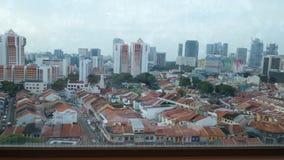 Stadssikt till och med fönster i lilla Indien, Singapore Arkivfoton