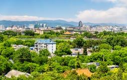 Stadssikten av Peking från Jingshan parkerar Royaltyfri Fotografi