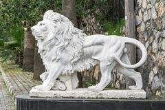 Stadsskulptur av ett lejon och en lejongröngöling på ingången Lokal gränsmärke royaltyfria foton
