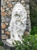 Stadsskulptur av ett vitt lejon med den öppna munnen på ingången Lokal gränsmärke Bekläda beskådar arkivfoton