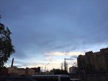 Stadssolnedgånghimmel Arkivfoton