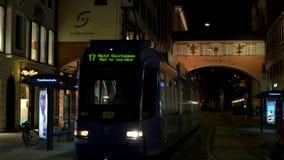 Stadsspårvagn på natten nära Maximilianstrasse, Munich, Tyskland lager videofilmer