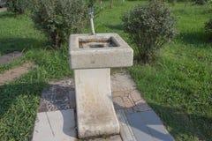 Stadsspringbrunnen för dricksvatten på en gammal marmorkolonn i stad parkerar stadsbunke för att dricka folk arkivbilder