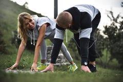 Stadsspringpar som utanför joggar Löpare som utbildar utomhus att utarbeta in arkivfoton