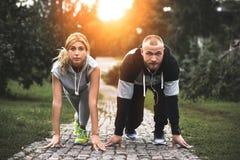 Stadsspringpar som utanför joggar Löpare som utbildar utomhus att utarbeta in fotografering för bildbyråer