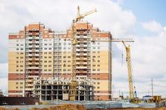 Stadsställe för många högväxta byggnader under konstruktion och kranar Arkivfoton