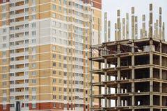 Stadsställe för många högväxta byggnader under konstruktion och kranar Arkivbilder