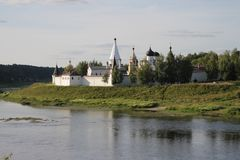 StadsStaritsa Sviato-Uspenskiy kloster på bankerna av Volgaen arkivbilder